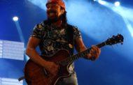 Cantor Bell Marques faz show em Aracaju