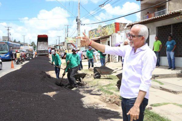 Edvaldo Nogueira, acompanhou nesta quinta-feira, 19, as obras de recuperação da avenida Euclides Figueiredo,