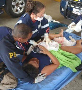 Equipe PRF ajuda mulher em trabalho de parto na BR 101