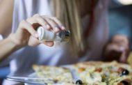 Diminuição no consumo mundial de sal evitaria milhões de mortes, aponta estudo