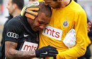 Meia brasileiro Everton Luiz chora ao ser vítima de racismo em partida na Sérvia
