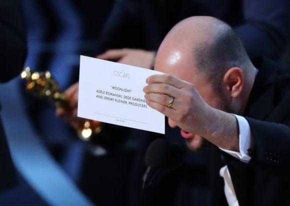 Jordon Horowitz, produtor de 'La la land', mostra o cartão com o vencedor correto de melhor filme, 'Moonlight' (Foto: Lucy Nicholson/Reuters)