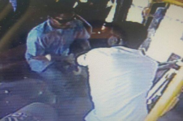 Dois homens tomaram a arma do pm que estava à paisana (Foto: reprodução)