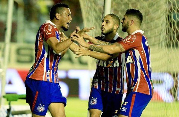 Hernane, Régis e Zé Rafael comemoram gol marcado pelo Bahia. Os três contribuíram para a goleada em Aracaju (Foto: Felipe Oliveira/ECBahia/Divulgação)