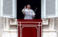 Papa diz a fiéis que carreguem e leiam a Bíblia como se fosse um celular