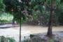 Após chuvas, muro desaba e atinge 1 veículo em São Cristóvão; veja imagens