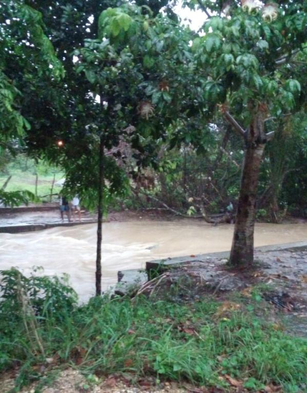 Rio Comprido transbordou e deixou parte da população sem água. (Foto: SAAE)
