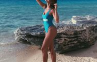Bruna Marquezine posa de maiô cavado e exibe marquinha do bronze