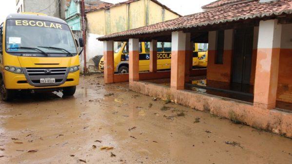 O Rio Paramopama transbordou, na madrugada de sábado (18), devido a forte chuva que atingiu a cidade de São Cristóvão, na Grande Aracaju.
