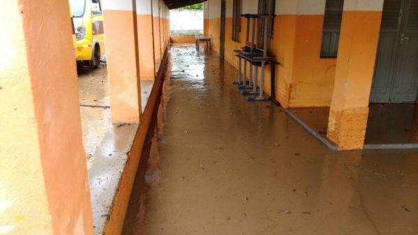 Com a força da água, formaram-se poças de lams onde ocorrem as aulas. (Foto: redes sociais)