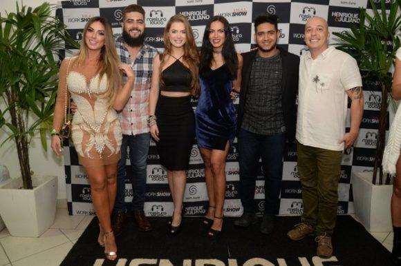 Rayanne Morais, Nicole Bahls e Carla Prata com Henrique e Juliano (Foto: Leo Marinho/Divulgação)
