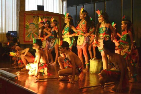 A programação promovida pela Biblioteca Infantil em parceria com o Colégio Ômega, contou com a participação de índios da tribo Kariri-Xocó, da região de Foz do Rio São Francisco.