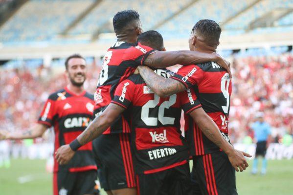 Jogadores do Flamengo comemorando o gol do Éverton (foto: Gilvan de Souza/Flamengo)