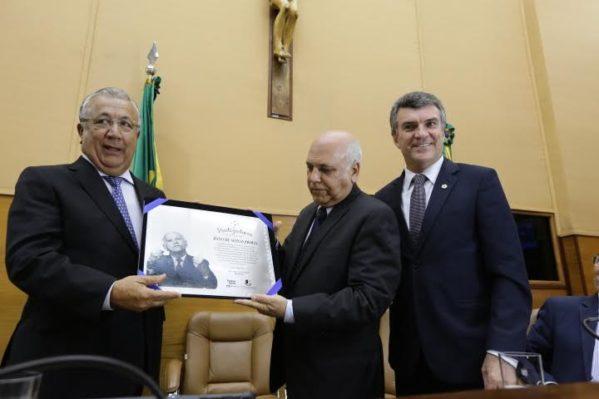 Filho recebe placa em comemoração ao centenário de Seixas Dória. (Foto: César de Oliveira)