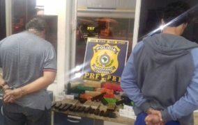 PRF da Bahia prende dupla com três pistolas, 300 munições e drogas que vinham para Sergipe