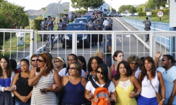 Os PMs seguem dentro dos quartéis e mantêm a paralisação iniciada há uma semana, no sábado passado, enquanto as mulheres e familiares completam o movimento ocupando as entradas dos batalhões - Pablo Jacob / Agência O Globo