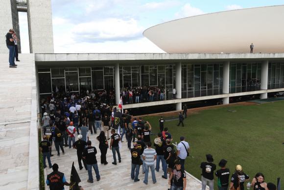 Manifestantes tentam invadir a Câmara em protesto contra reforma da Previdência Fabio Rodrigues Pozzebom/Agência Brasil