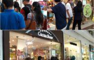 Grandes filas para comprar chocolate no sábado de aleluia