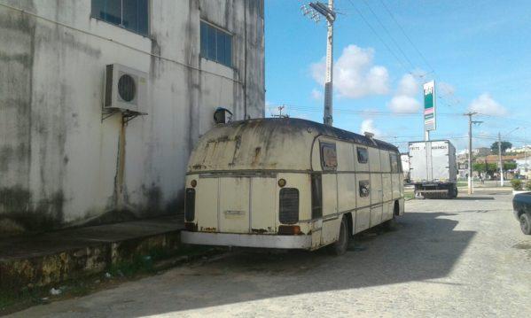 Segundo a denúncia do Dr Manoel da Costa neto, o ônibus passou a servir como ponto de uso de drogas, esconderijo de meliantes e a prática de prostituição (foto divulgação/Manoel Costa Neto)