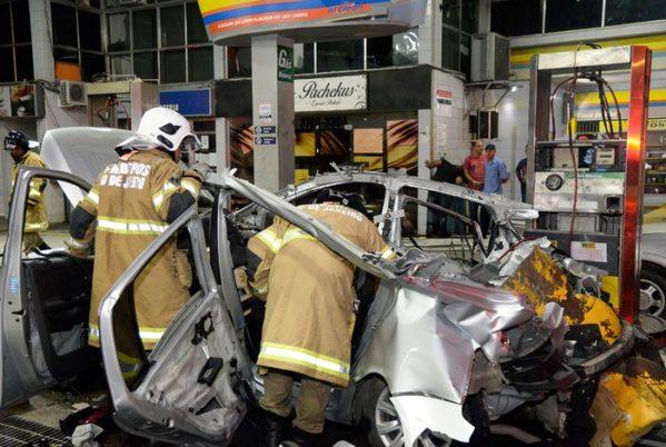 Carro explode ao ser abastecido em posto em São Gonçalo Fotos: Clever Felix/Parceiro/AGÊNCIA O DIA