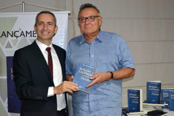 Sergipano lança livro que aborda liberdade religiosa