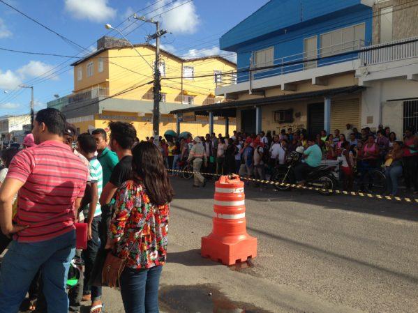 Centenas de pessoas esperam para cadastrar seus currículos. Foto: Se Notícias