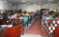 Pais de alunos protestam contra fechamento de escolas, na Câmara de Vereadores de Itaporanga