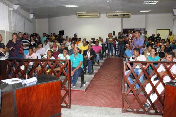 Moradores protestam contra decisão do prefeito de Itaporanga D'Ajuda. (Foto: Orácio Oliveira/SE Notícias)