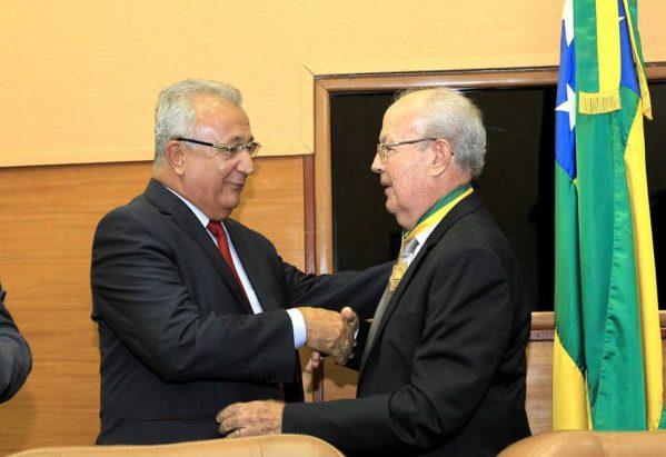 Homenageado pela Alese com a Medalha do Mérito Parlamentar, médico Dietrich Todt, ao se encontrar com o governador, fez um apelo para que ele se mantenha na vida pública. (Foto: André Moreira/ASN)
