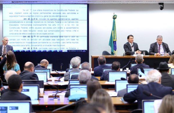 Sem abstenções, o placar final ficou dentro da expectativa do governo: 23 votos favoráveis e 14 contrários (foto: Correio Braziliense)