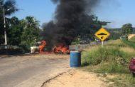 Pais de alunos fazem nova manifestação e fecham outra rodovia em Itaporanga
