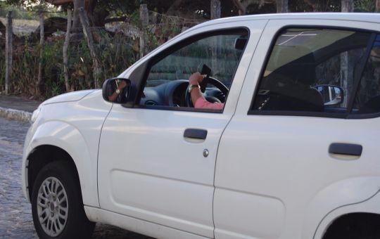 De janeiro a abril, Aracaju teve 5.739 condutores autuados por causa do uso do celular ao volante