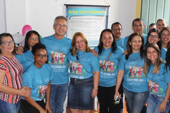 Prefeito, secretária de Saúde e servidores abrem campanha de vacinação contra a gripe em São Cristóvão. (Foto: Ascom/PMSC)
