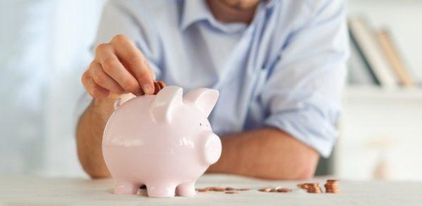 Mais brasileiros estão tirando o dinheiro da poupança para pagar despesas
