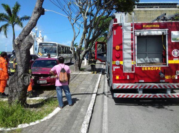 Veículo pega fogo no Centro de Aracaju