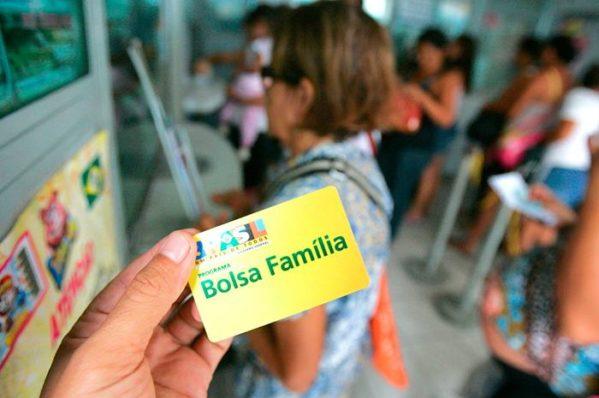 Beneficiários do Bolsa Família receberão R$ 2,4 bilhões até o fim do mês