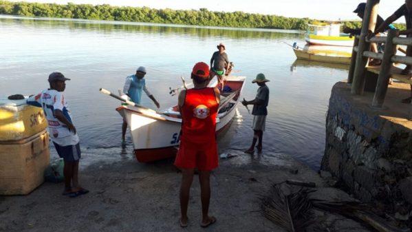 Bombeiros resgatam pescadores perdidos em alto mar