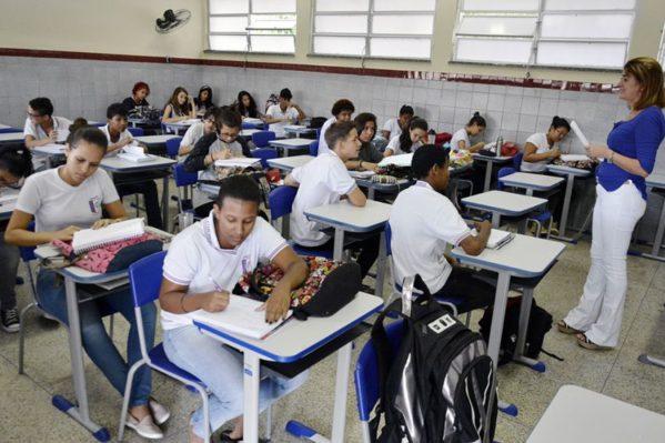 Professores da rede pública ganham, em média, R$ 3,3 mil