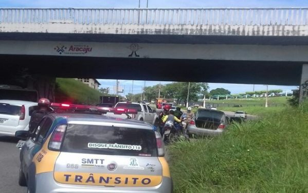 Em Aracaju, homem rouba carro e atropela duas pessoas durante a fuga