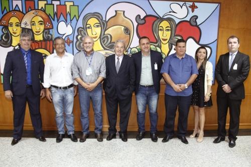 Prefeitos defendem no TCE proposta alternativa à terceirização