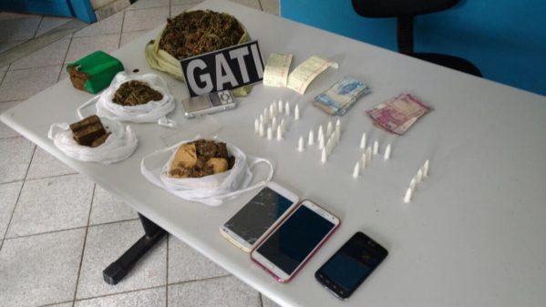 Polícia apreendeu 33 pinos de cocaína e 500g de maconha.
