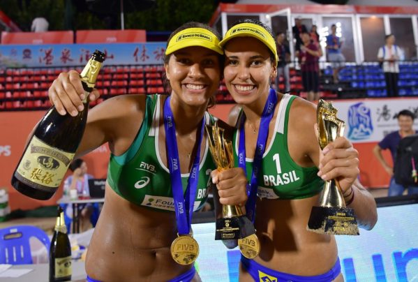 Ana Patrícia e Duda comemoram bicampeonato mundial sub-21 (Foto: Divulgação / FIVB)