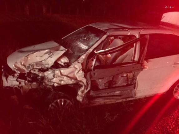 O condutor do carro VW/Voyage morreu e três ocupantes da van sofreram lesões graves.