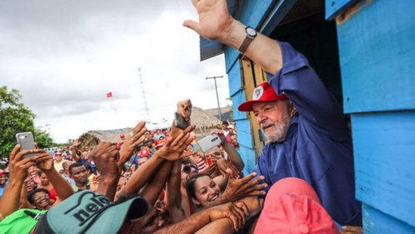 Em 1º ato da sua caravana em Sergipe, ex-presidente falou sobre a importância da confiança do povo brasileiro, homenageou Déda e se emocionou