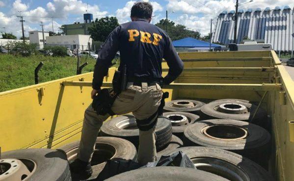 os policiais encontraram 19 pneus com rodas montadas, dois macacos hidráulicos e diversas chaves de roda.