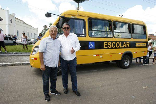 Governo entrega ônibus escolar em Siriri