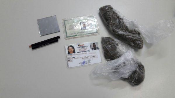 Suspeita foi presa tentando entrar com drogas no Cadeião
