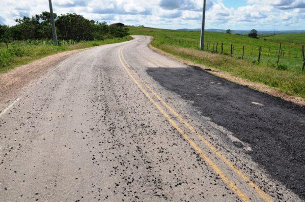 Governo realiza operação tapa buraco na rodovia entre Monte Alegre e Porto da Folha