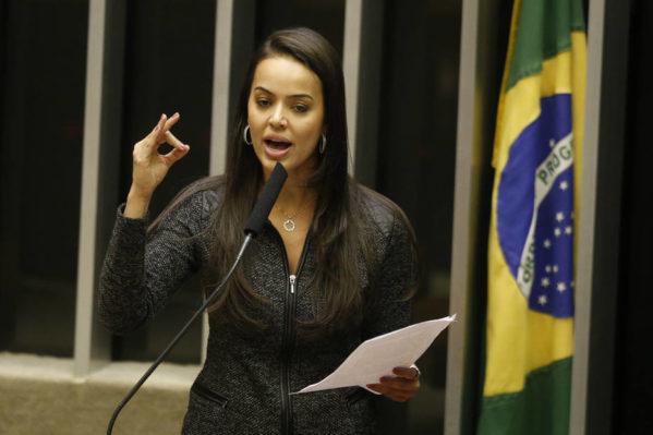 Ao final da votação, a deputada Shéridan (PSDB-RR) comemorou o resultado Foto: Dida Sampaio/Estadão. FOTO:DIDA SAMPAIO/ESTADAO