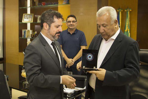 Governador recebeu placa de homenagem da Abin em reconhecimento a parceria dos serviços de Inteligência entre a instituição e o Estado / Fotos: Jorge Henrique/ASN